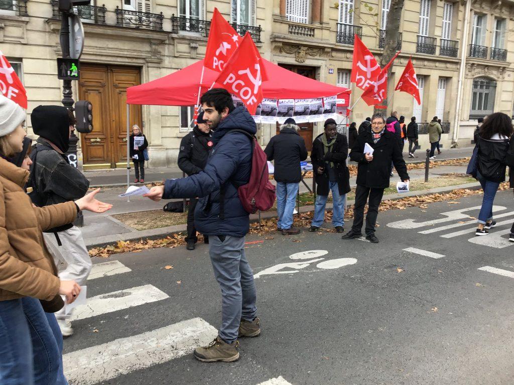A minor leftist pop-up serves the strikers.